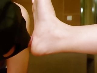 This dude just enjoy Bella's feet